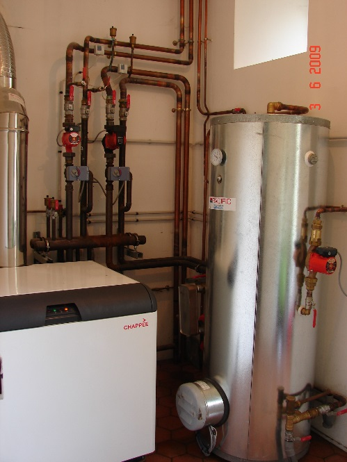 Installation Chaufferie avec préparateur d'eau chaude chaudière sol marque Chappée.