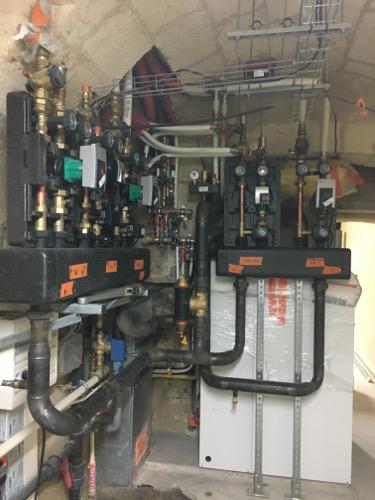 Installation chaufferie : Chaudière gaz condensation brûleur gaz modulant. Préparateur d'eau chaude 250 litres.