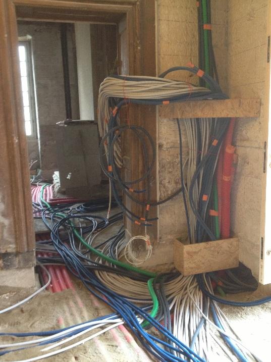 Passage de gaines électriques. Installation et câblage de l'ensemble tableau de commande et de protection Type modulaire marque HAGER.