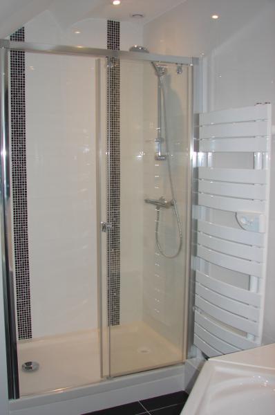 Douche, bac extra plat, porte coulissante installée à Savonnières