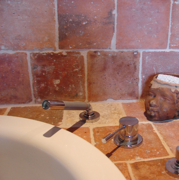 Mitigeur de baignoire encastré dans tomette 18ème siècle