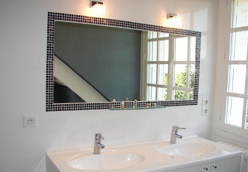 Double vasques intégrées dans meuble de salle bain, avec mise en valeur du miroir par un éclairage led adapté. Réalisation sur Savonnières.