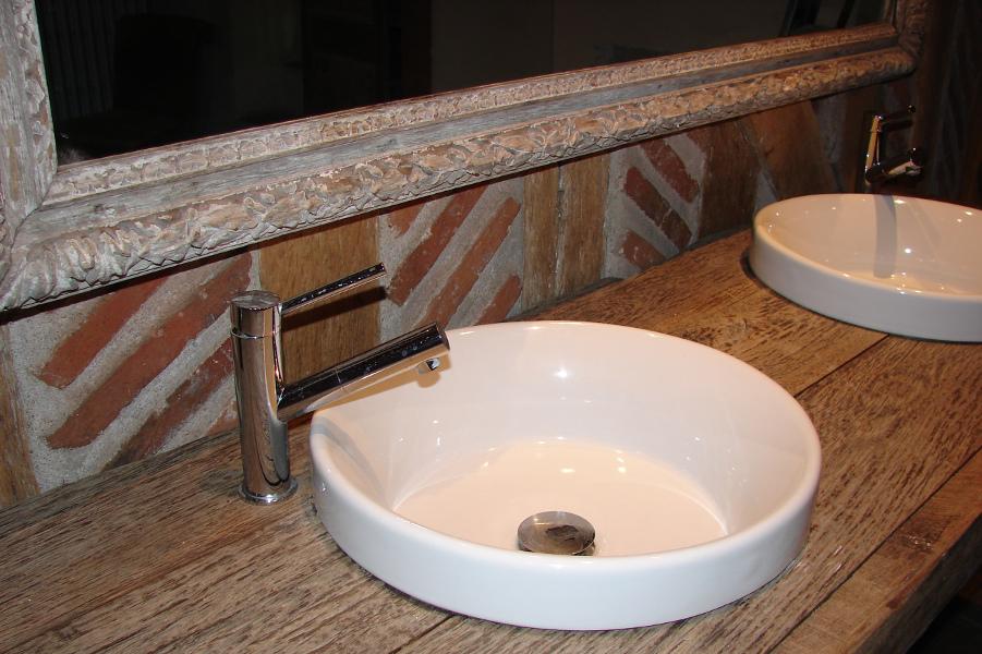 Vasques et robinetteries intégrées dans plan chêne massif