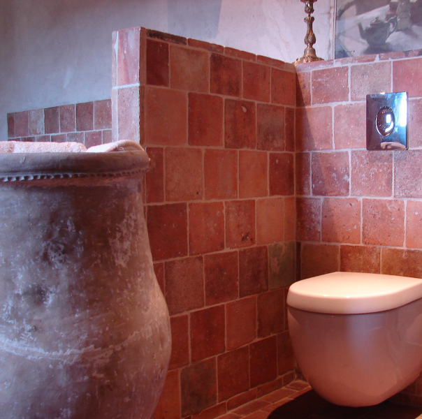 WC bâti ancien suspendu avec abattant frein de chute intégré dans mur en tomette du 18ème